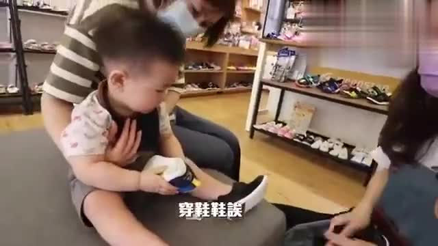 可爱宝宝第一次穿鞋走出了踢踏舞的感觉,最后干脆回归爬行模式!