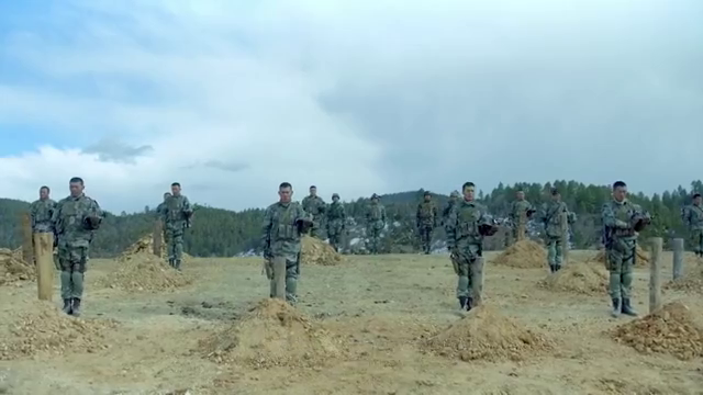 影视:士官长命令众人,站在墓前脱帽,向着自己遗体三鞠躬