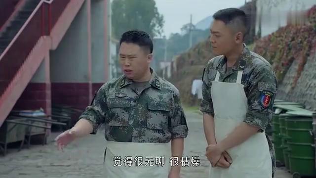 热血尖兵:小伙徒手水中剥包菜,在师父教导下,在炊事班练成高手