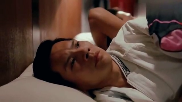 赌侠:华仔打算入睡,却发现龙九躺在自己身边,原来都是星爷干的