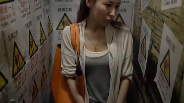 阿宝跟泰霖互换电梯,在电梯里补妆整理衣服