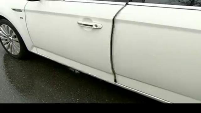 糟糠之妻:美女开车被追尾,下车要骂人,不料老总一张卡立马闭嘴