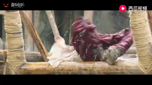西游降魔:村民和鱼怪玩跷跷板,还得要胖妞出场,这体形真的强