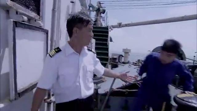 索马里海盗炮轰中国海军,想不到还没开炮,就被海军打进海里