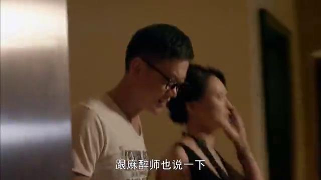 夫妻2人庆祝结婚纪念日,怎料农村爸妈突然来家里,这下尴尬了