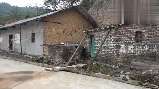 山顶上的一个无人老村,房子都是民国时期的老房