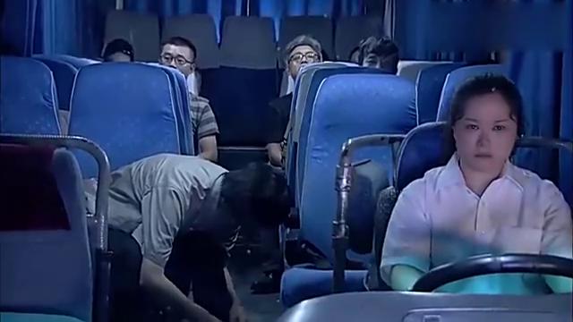 客车有绑匪和人质,为了让坏人落网,女司机爆发强硬心理淡定演戏