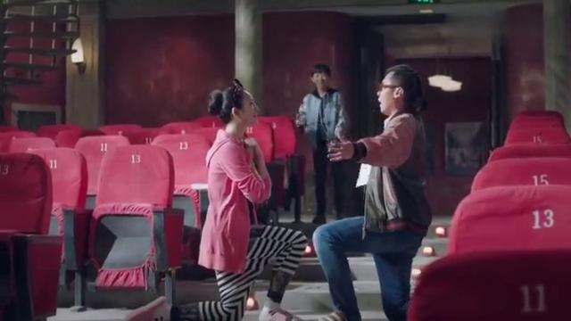 陶军夫妇在电影院里用英语飙戏,谁料英语还得让小朋友教_