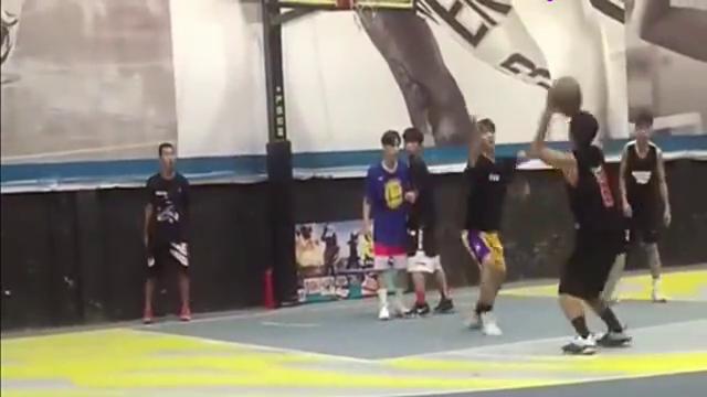这个小伙子打篮球动作真多,画蛇添足!