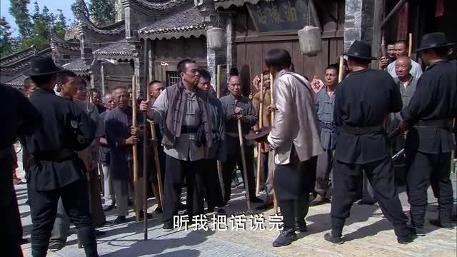 刘长官强抢民女被老百姓围住,谎称是带他们去唱戏,顺利出城!