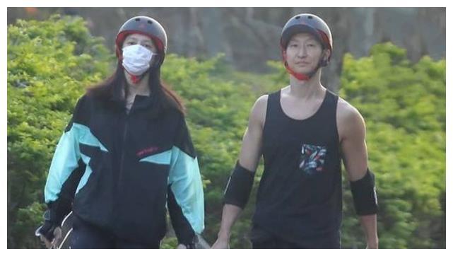 洪天祥与小15岁女友蜜游公园,被拍后反应低调,不愧是大哥的儿子