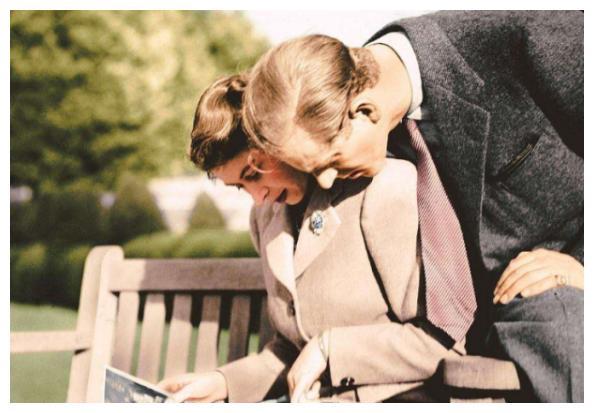 72年前女王生查尔斯难产3天3夜,菲利普只顾自己玩乐,不靠谱