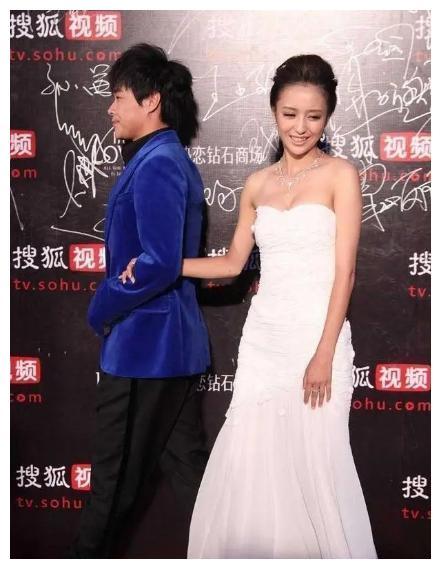 陈思诚带佟丽娅走红毯,只顾拽老婆往前走,佟丽娅想拍照好尴尬
