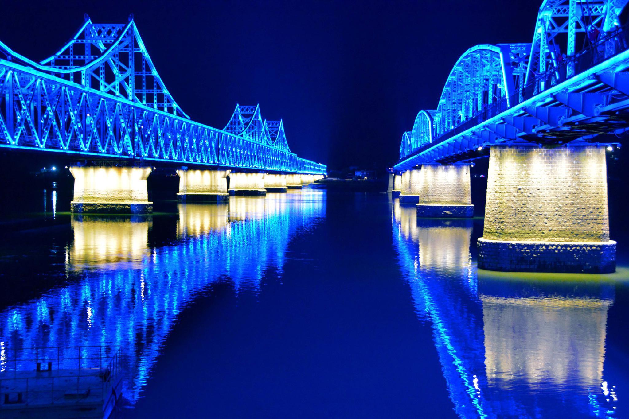 辽宁丹东鸭绿江大桥和鸭绿江断桥蓝色灯光,原创拍摄