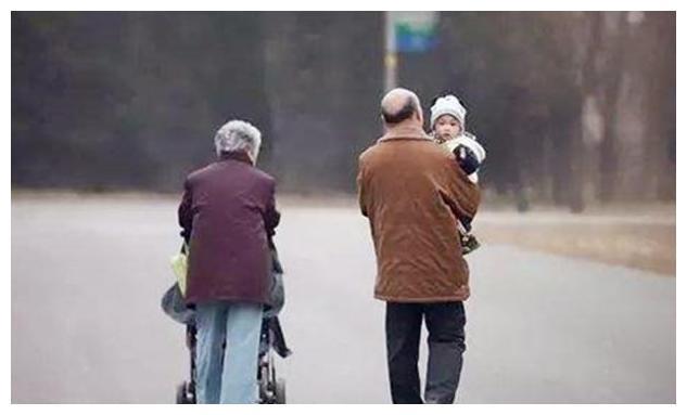"""隔代养育""""费力不讨好""""?老人带娃,儿女再孝顺也要守住三条底线"""