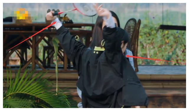 张子枫做开肩动作,当她胳膊向后伸直那一刻,才闻她柔韧性有多强