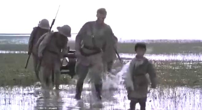 敌人让这小家伙带路,于是就把他们带到了沼泽地里,结局太有泪点