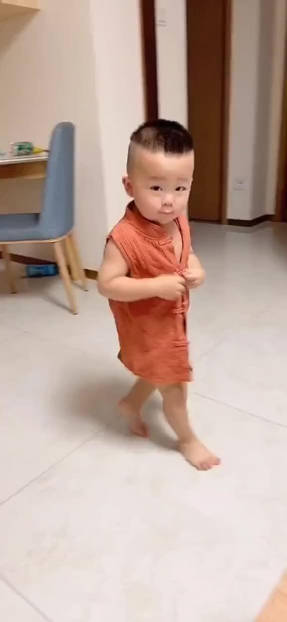 一岁七个月还在吃母乳不会说话,每天给妈妈做饭,好多人不相信