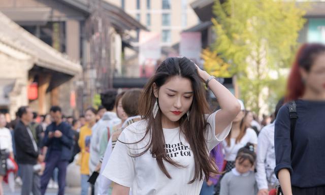 白T恤搭配褶皱半身裙,打造S曲线身材,青春性感两不误