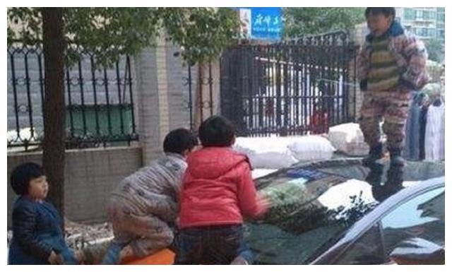 8岁熊孩子拿推车撞孕妇,妈妈无动于衷,孕妇丈夫做法真解气