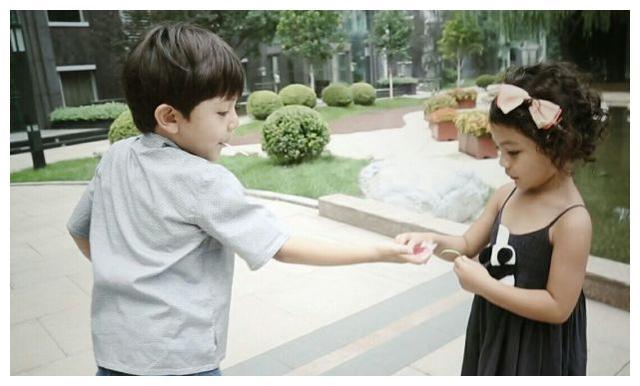 刘烨女儿长大了!8岁霓娜越来越有混血味儿,网友:长大堪称整容
