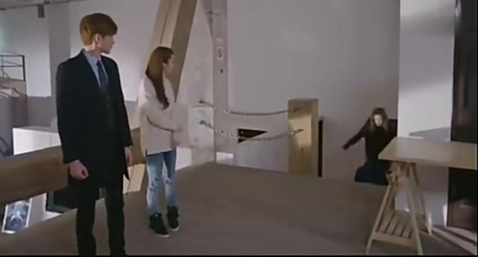 赵丽颖和同事抓到蟑螂后,张翰高高的站到凳子上,太逗了