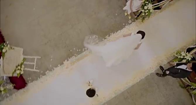 威嘉穿着婚纱跑出礼堂,在雨里行走,心里难过