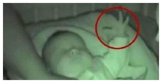 妈妈深夜给宝宝盖被子,发现了一件可怕的事情!