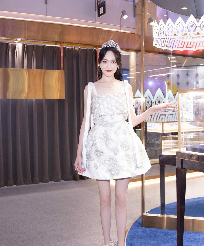 唐嫣新造型来袭,一身水晶花苞裙璀璨夺目,头戴王冠化身女王