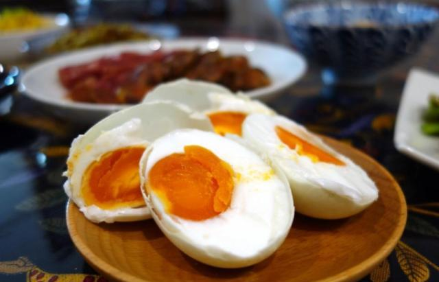 只需一瓶二锅头一碗盐,就能腌制咸鸭蛋,个个蛋黄出油,咸香美味