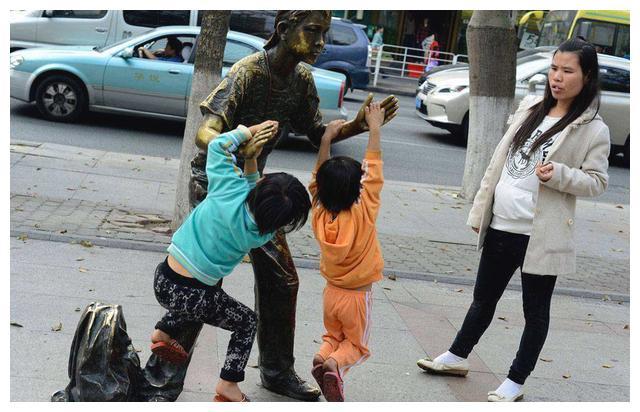 """5岁女童公交上""""把玩""""仓鼠,好心乘客劝告反被妈妈怼:要你管?"""