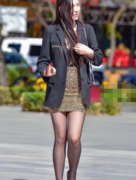 街拍:美女黑色小西装搭包臀裙,身材诱惑动人