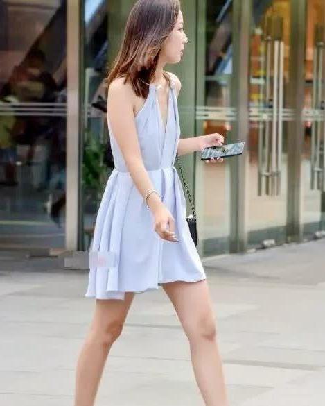 时尚街拍:小姐姐穿隐形鞋,不仔细看差点以为是光脚
