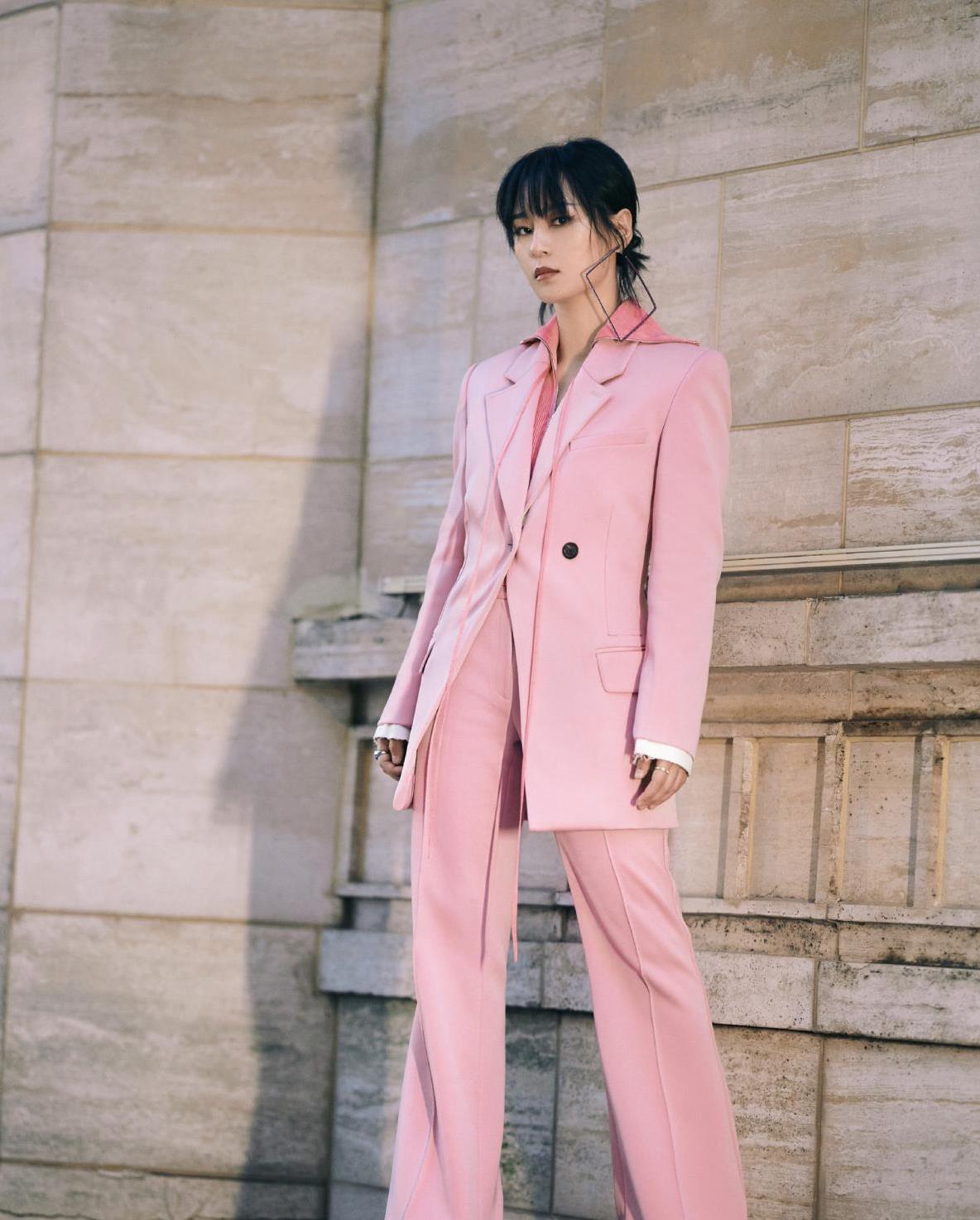 周笔畅挑战新风格!樱花粉西装优雅随性,展现酷女孩的梦幻美