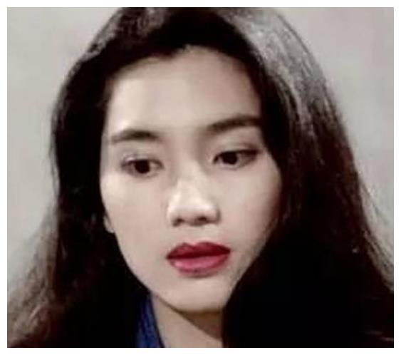 她19岁就已出道,未婚生子被抛弃,如今43岁仍高龄产子!