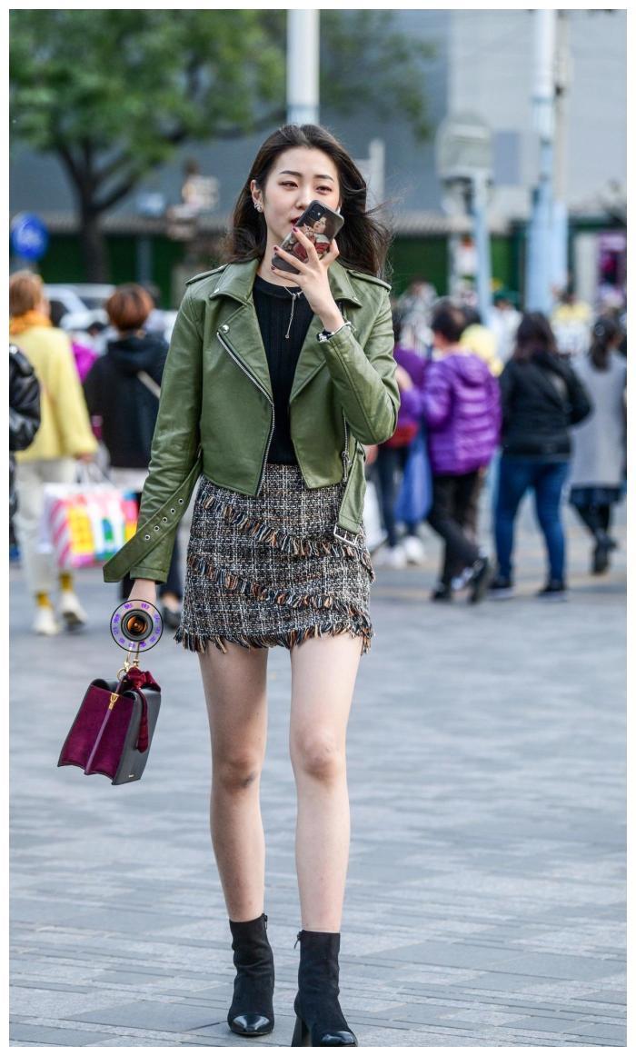 时髦的姑娘搭配秋装,墨绿色皮衣搭配粗花呢半身裙,穿出酷飒之美