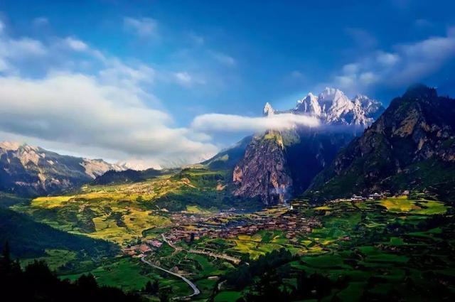 隐藏千年的石头城,群山环绕雄伟壮观,一条小路通向世外桃源