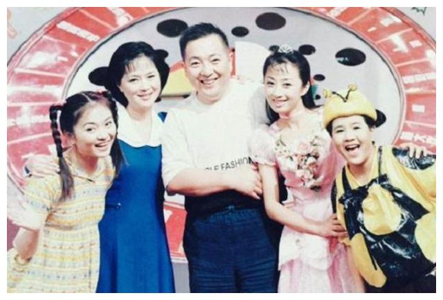 央视主持人董浩,因误食海鲜而住院,今64岁坐在农村家门口吃面条