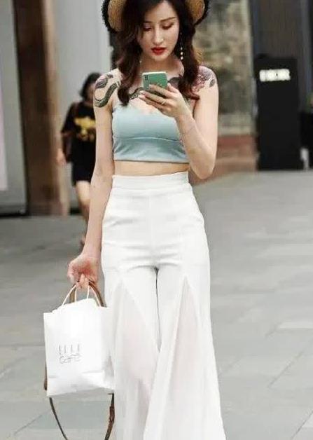 街拍:绿色吊带宽腿白色裤子让整个人看起来更加生动和优雅