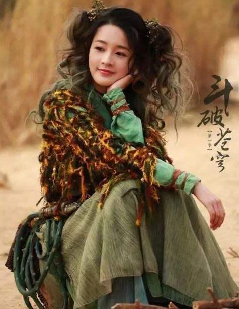 美丽可爱的李沁,身材高挑,旗袍穿搭很不错