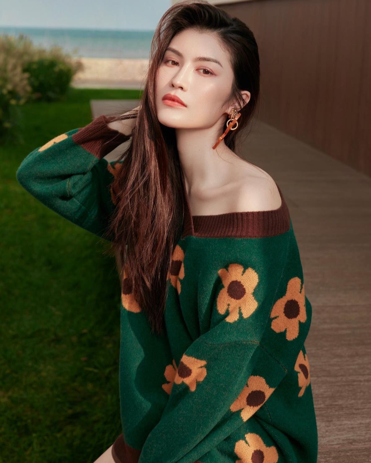 何穗秋日街拍太美了!墨绿花朵针织衫温柔可人,兼具复古与浪漫