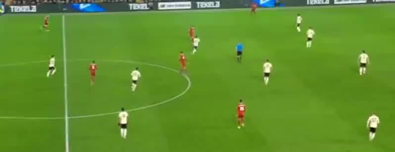 菲尔米诺左路横传,张伯伦带球强突劲射,被没收了