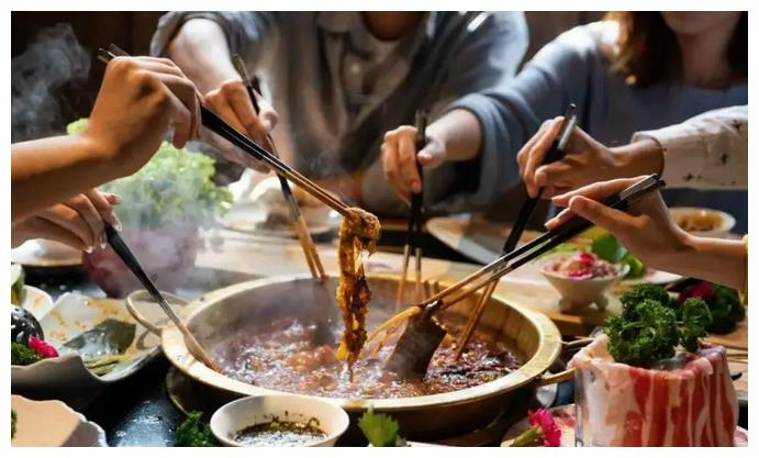 """每次吃火锅,服务员总问""""加不加汤""""?她在暗示你,听不懂很尴尬"""