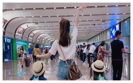 """辣妈带双胞胎""""走机场""""火了,网友:娃好可爱,好想抱走她们妈妈"""