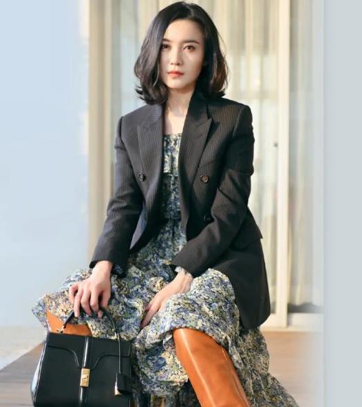 被宋佳美到了,一袭碎花裙配黑色西装优雅时尚,尽显高级感
