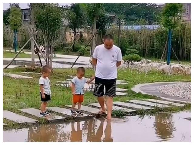 爸爸带俩儿子去遛弯,到了饭点还不回家,妈妈找到3人时当场无语