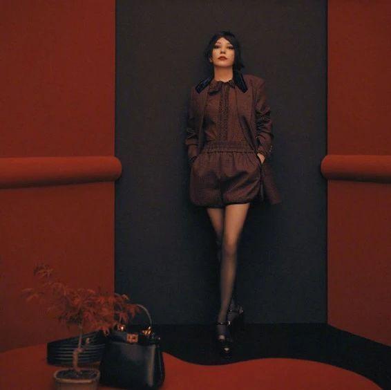 44岁赵薇演绎时尚大片,黑衣红唇复古感满满,短发飒帅十足,绝了