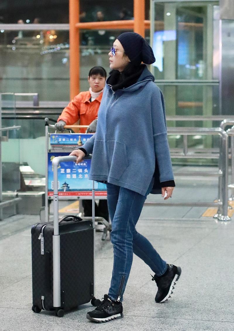 """陈凯歌小娇妻真时髦,穿两侧""""开叉""""休闲外套,版型宽松却很利落"""