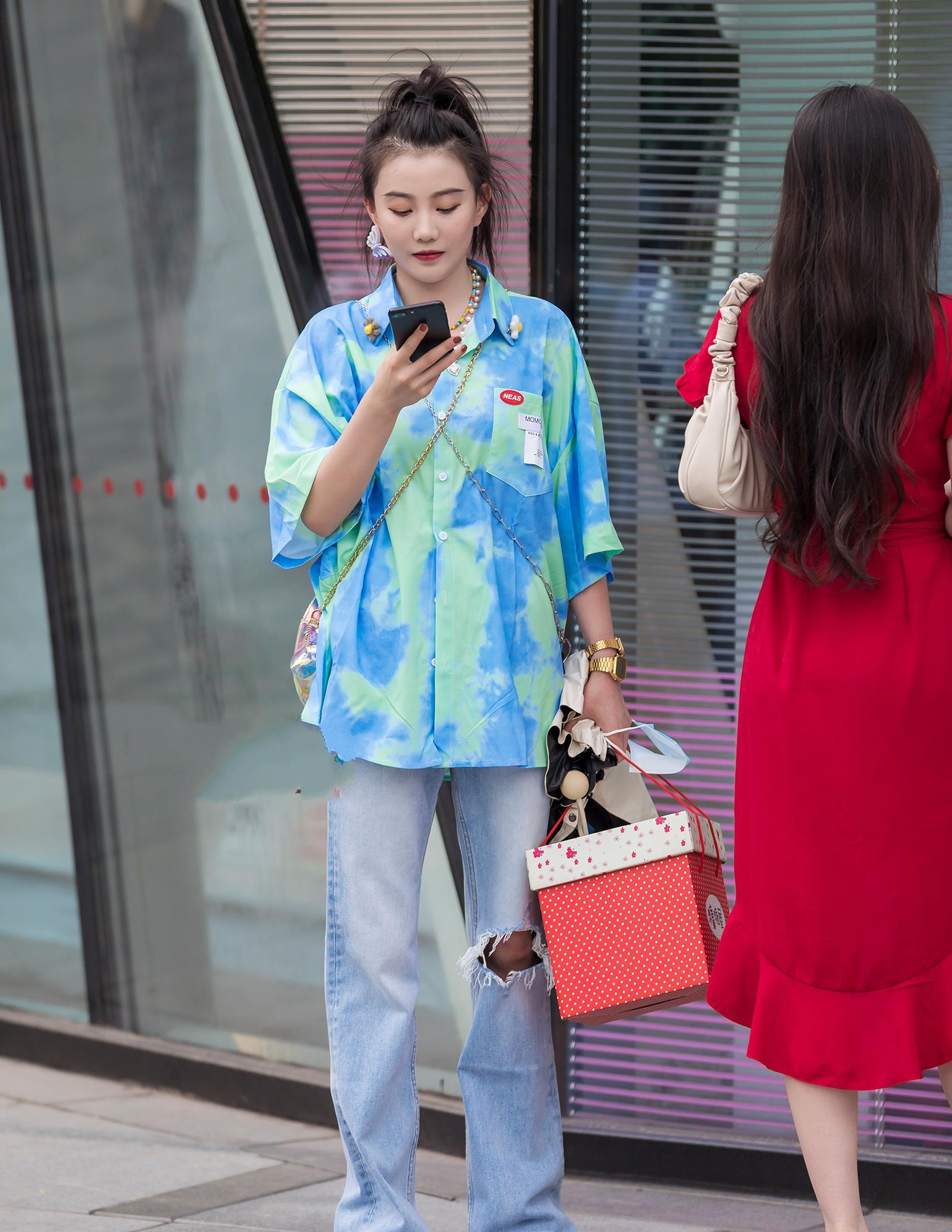 夏日街头的裤装搭配,非牛仔裤莫属了,清爽又时髦的组合穿起来啦