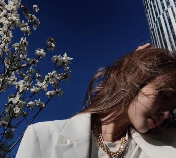周扬青穿白西装摆拍又美又帅,无视与罗志祥分手传言